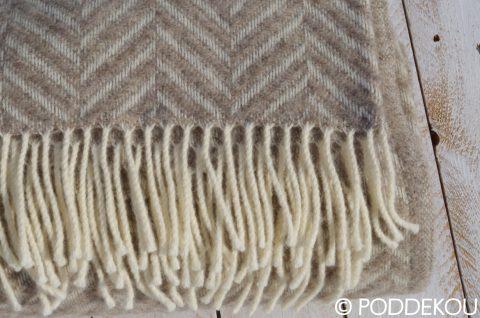 Vlnená deka svetla hneda biela vzor rybia kosť. Prehoz na posteľ so vzorom rybia kosť.