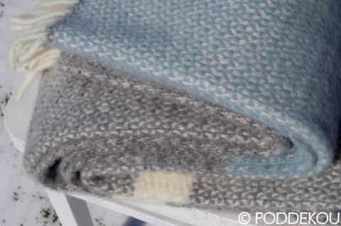 Elegantná deka detail modro-sivej prikrývky na posteľ, pohovku, gauč, moderná deka,