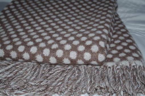 Bodkovaná deka z alpaky bielo-hnedá