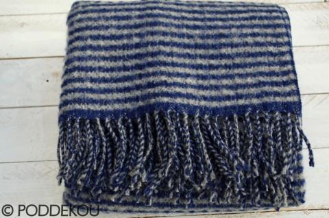 Modrá vlnená deka prúžkovaná