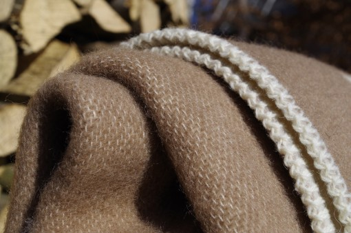 hnedá vlnená deka