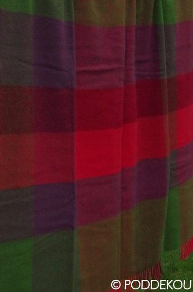Vlnená deka s kockovaným vzorom farebná zeleno fialovo červená.