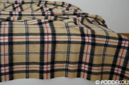 Béžovo-čierna deka s károvaným vzorom