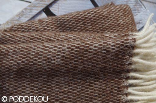 Detail hnedo - bielej vlnenej deky so strapcami