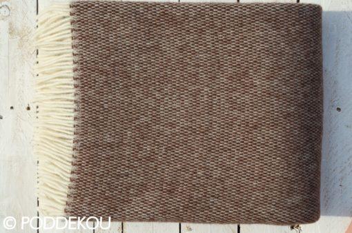 Deka zložená do kocky v hnedej farbe so strapcami