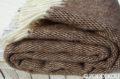 Deka zložená do klbka hnedo - biela so strapcami