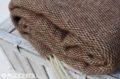 Detail klbka deky z ovčej vlny hnedo - bielej