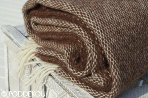 Detail klbka hnedej vlnenej deky so strapcami