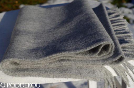 Elegantný jednofarebný sivý sál z jahňacej vlny