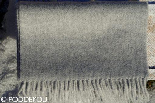 Šál sivej farby zložený do kocky