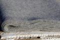Detail sivého vlneného šálu z jahňacej vlny