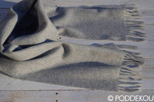 Kvalitný sivý unisex šál z jahňacej vlny so strapcami