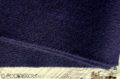 Detail tmavomodrého vlneného šálu