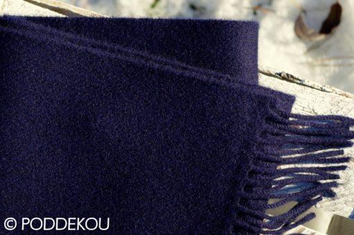 Detail navy šálu z jahňacej vlny so strapcami