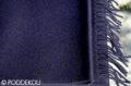 Detail jednofarebného navy šálu so strapcami