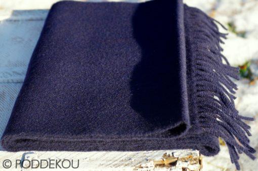 Vlnený šál modrej navy farby so strapcami