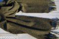 Kvalitný šál z jahňacej vlny olivovo zelený so strapcami.