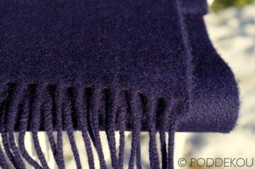 Detail tmavomodrého šálu z jahňacej vlny