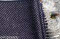 Detail šálu z merina a kašmíru so vzorom rybia kosť tmavomodrého