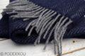 Detail merino kašmírového šálu herringbone modrého