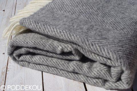 Kĺbko sivej vlnenej deky so strapcami