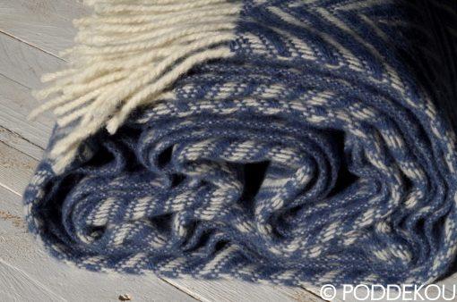 Deka stočená do klbka vlnená modro-biela