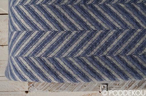 Detail vlnenej deky so vzorom rybia kosť modro-bielej