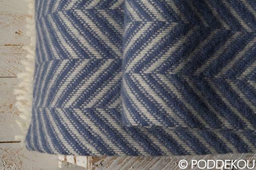 Detail deky z ovčej vlny so vzorom rybia kosť modro-bielej