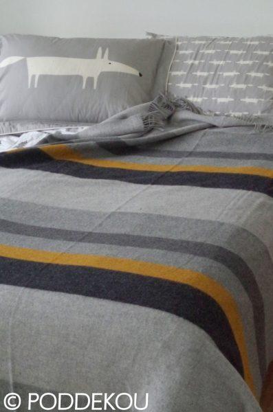 Merino deka s pásikmi v šede, čiernej a žltej farbe so strapcami.