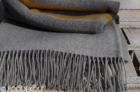 Elegantná vlnená deka z merino vlny v sivej, čiernej a horčicovej farbe so strapcami.