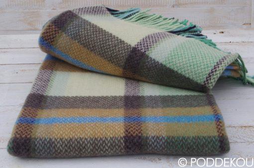 Moderná vlnená deka z merino vlny a kašmíru v šedej, okrovej, modrej, bielej farbe so strapcami.
