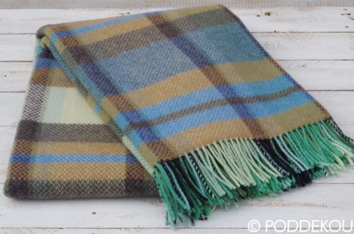 Károvaná prikrývka z merino vlny a kašmíru v kombinácii modrej, zelenej šedej farby so strapcami.