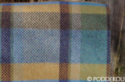 Pestrofarebný merino kašmírový pléd s károvaným vzorom modro okrový.