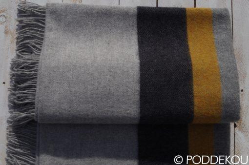 Moderná 100% merino deka s prúžkami sivo čierna so strapcami.