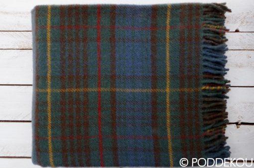 Károvaná deka z ovčej vlny v hnedej, modrej, zelenj farbe so strapcami.
