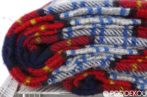 Detail károvanej deky červená modrá biela deka v károvanom vzore tartanová deka červenomodrá