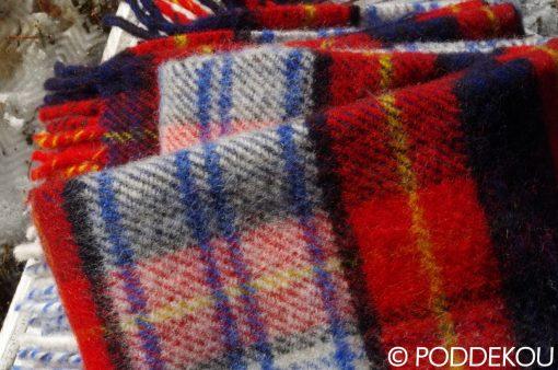 Deka, prikrývka, prehoz na posteľ károvaný vzor, tartanový vzor červená modrá so strapcami