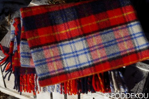 Prikrývka na posteľ, sedačku, gauč, tartanový vzor, károvaný vzor, červená deka, károvaná deka čeveno-modrá, deka v prírode