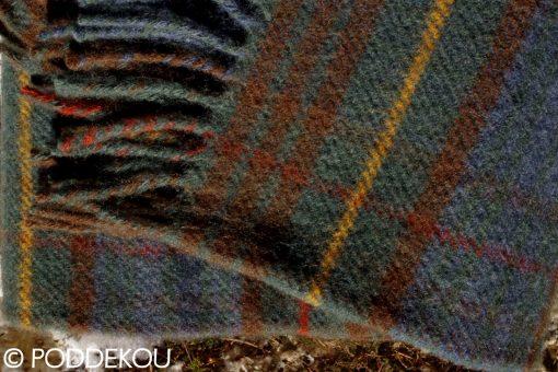 Vlnená deka vo vidieckom štýle s károvaným vzorom zeleno-hnedá.
