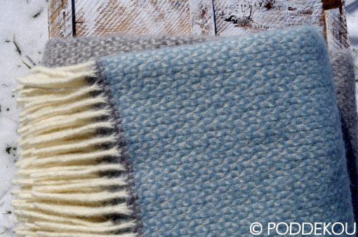 Deka z ovčej vlny svetlo modrá sivá so zaujímavým vzorom ukončená strapcami