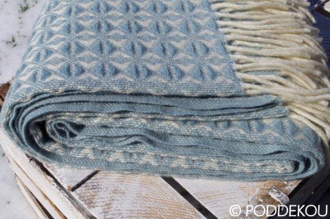 Luxusná deka svetlomodrá-biela z ovčej vlny ukončená strapcami, pléd vlnený svetlomodrý