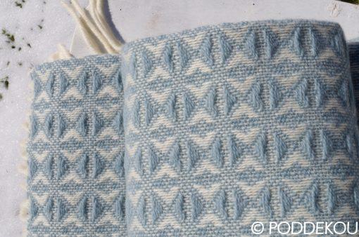 Vlnený pléd svetlomodrý so zaujímavým vzorom, letná deka, letný prehoz svetlo modrý