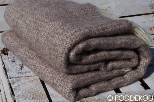 Hnedá prikrývka z ovčej vlny ukončená strapcami