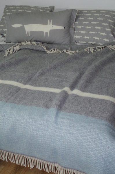 Elegantná vlnená deka sivá s pruhmi