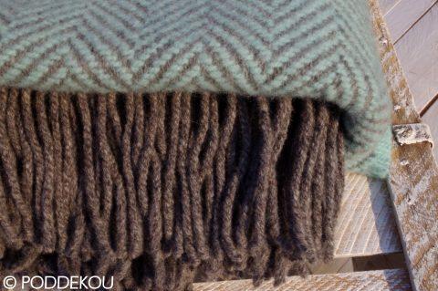 Kvalitná deka z merino vlny a kašmíru v pastelovej modrej farbe v kombinácií so svetlo sivou