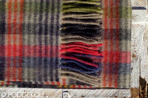 Vlnený šál s károvaným vzorom červeno-zeleno-modro-čierno-sivý