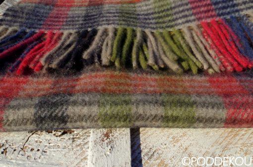 Sivo-zeleno-čierno-červeno-modrý šál s karovaným vzorom ukončený strapcami