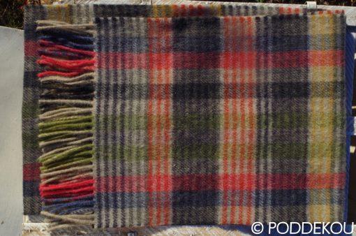 Farebný šál s tartanovým vzorom ukončený strapcami