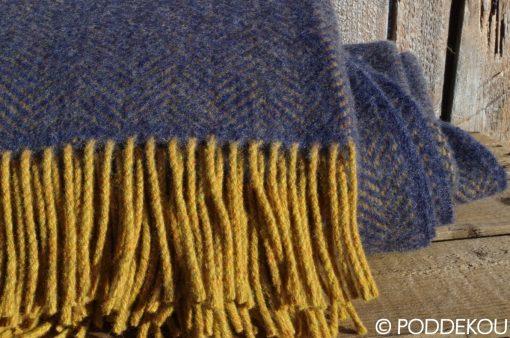 Tmavo modrá deka, Vlený pléd, Vlnená prikrývka, Deka so vzorom rybia kosť, Modrá deka, Horčicová deka, Okrová deka, Modro-horčicová deka, Okrovo-modrá deka, Herringbone vzor deka, deka z merino vlny a kašmíru, Vlnená deka modrá, Modrý prehoz, Modrá prikrývka, Kašmírová deka, Kašmírová deka modrá, Tmavomodrá deka, Modrý prehoz z merino vlny a kašmíru