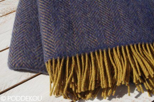 Elegantná modrá deka / pléd z merino vlny a kašmíru, Deka so vzorom rybia kosť, Modrá deka, Horčicová deka, Okrová deka, Modro-horčicová deka, Okrovo-modrá deka, Herringbone vzor deka, deka z merino vlny a kašmíru, Vlnená deka modrá, Modrý prehoz, Modrá prikrývka, Kašmírová deka, Kašmírová deka modrá, Tmavomodrá deka, Modrý prehoz z merino vlny a kašmíru